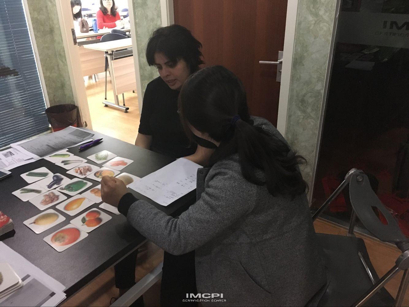 汉语角老师为外国学员做汉语水平测评