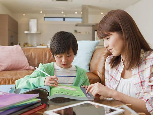 教外国人中文提升自我 还能为孩子营造英语学习环境