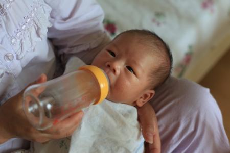 孩子出生 喝奶 网络配图