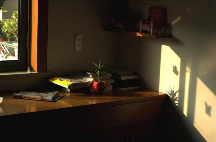[CropImg]一缕阳光照进房间