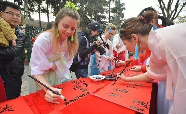 """俄罗斯举办""""汉语年""""13年,汉语纳入期末考,看到题目国人自愧不如"""